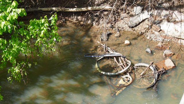 Etsin kanista jokinäkymää! no höh - oliko pakko heittää se putkikameli jokeen??