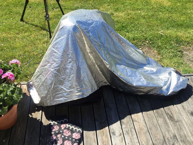 """Johanna pakenee aurinkoa, nähdäkseen kameran näytöstä miltä kuva näyttää. """"Foliohattu""""?"""