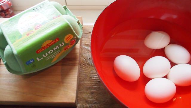 keitetystä munasta irtoavat kuoret parhaiten, kun kaadat kuuman veden pois, annat kanamunien kuivua ja sitten lasket jääkylmää vettä niiden päälle.