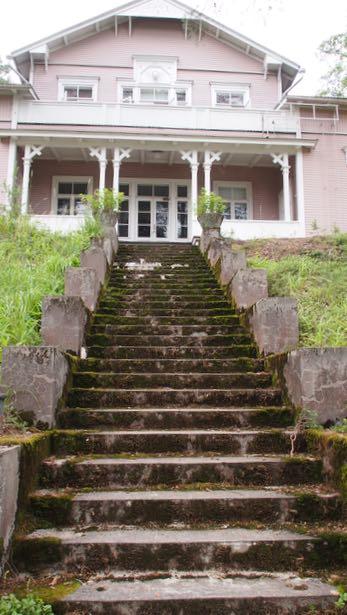 Hotelli järveltä päin. Betonisiin portaisiin on jätetty ajanpatina kauniisti esille.