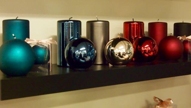 Erimuotoisista ja pintaisista kynttilöista saa kauniita kokonaisuuksia ja ryhmiä. Ihanat värit ovat kuin kynsilakkoja!