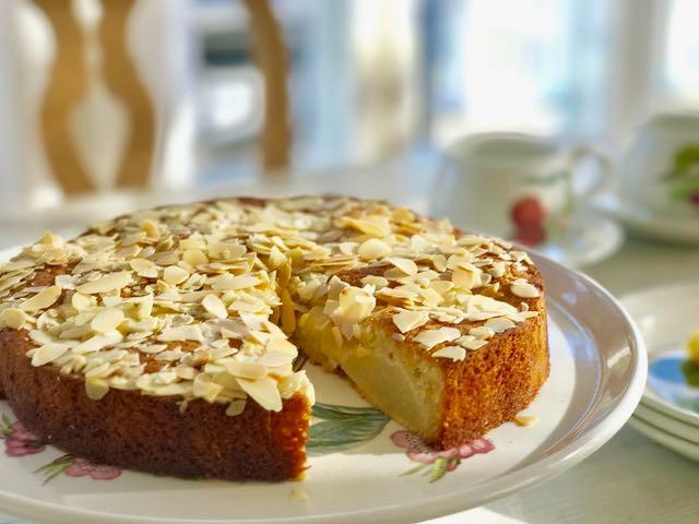 Italialainen päärynäkakku maistuu päärynällä, mantelille ja raikkaalle appelsiinille.