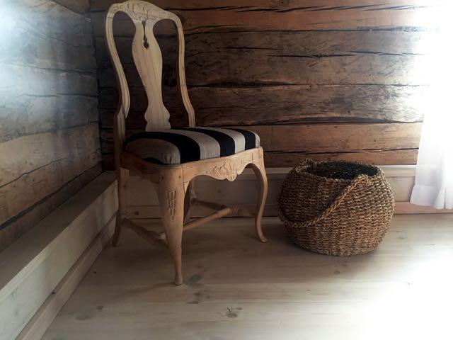 Ystävältä saatu vanha tuoli muutti kolmen samanlaisen kanssa meidän mökille. Kunnostutuin ne Kuresaaressa.