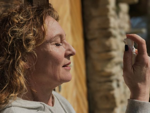 Aurinko, tuuli ja pöly aiheuttavat silmien kuivumista.