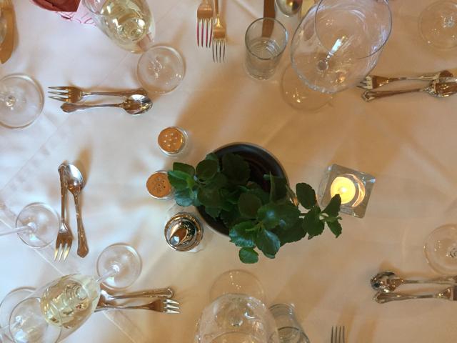 Illallispöytä oli juhlavasti katettu. Hotellit oli hyvin valitut, kaikkien palvelu oli huippuluokkaa.