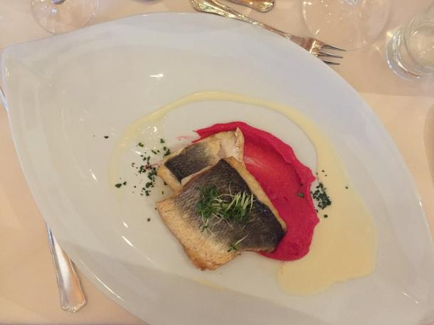 Paistettua kalaa ja punajuurimoussea - verratonta kerrassaan!