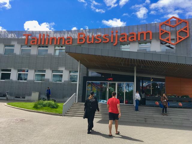 Tallinnan bussiasemalle jaksaa hyvin kävellä satamasta. Toki taksillakin pääsee!
