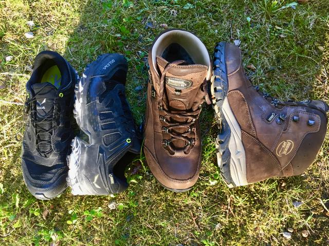 Vasemmalla kevyet ja oikealla vähän tukevammat kengät