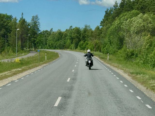 Ensin moottoripyörällä Kuresaareen. Siellä vasta polkupyörän selkään.