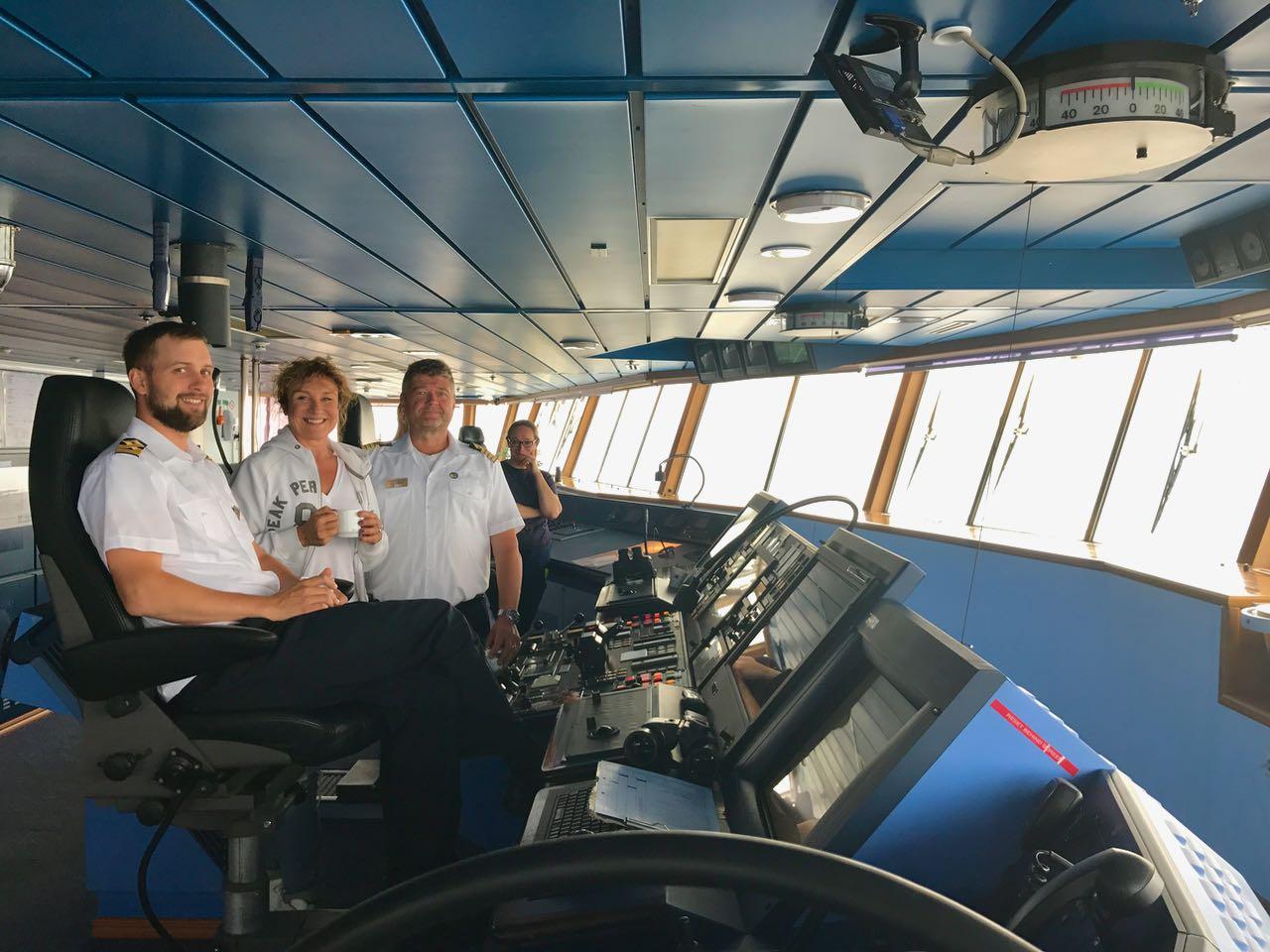 Kävin myös Eckerö komentosillalla. Kapteenin ja perämiehen käsissä on paljon. Kapteenin koulutus kestää 10 vuotta. Tälläkin kertaa valtava laiva väisti pienen purjeveneen. Sitä oli huikeaa katsoa. Ollaan me hyvissä käsissä!