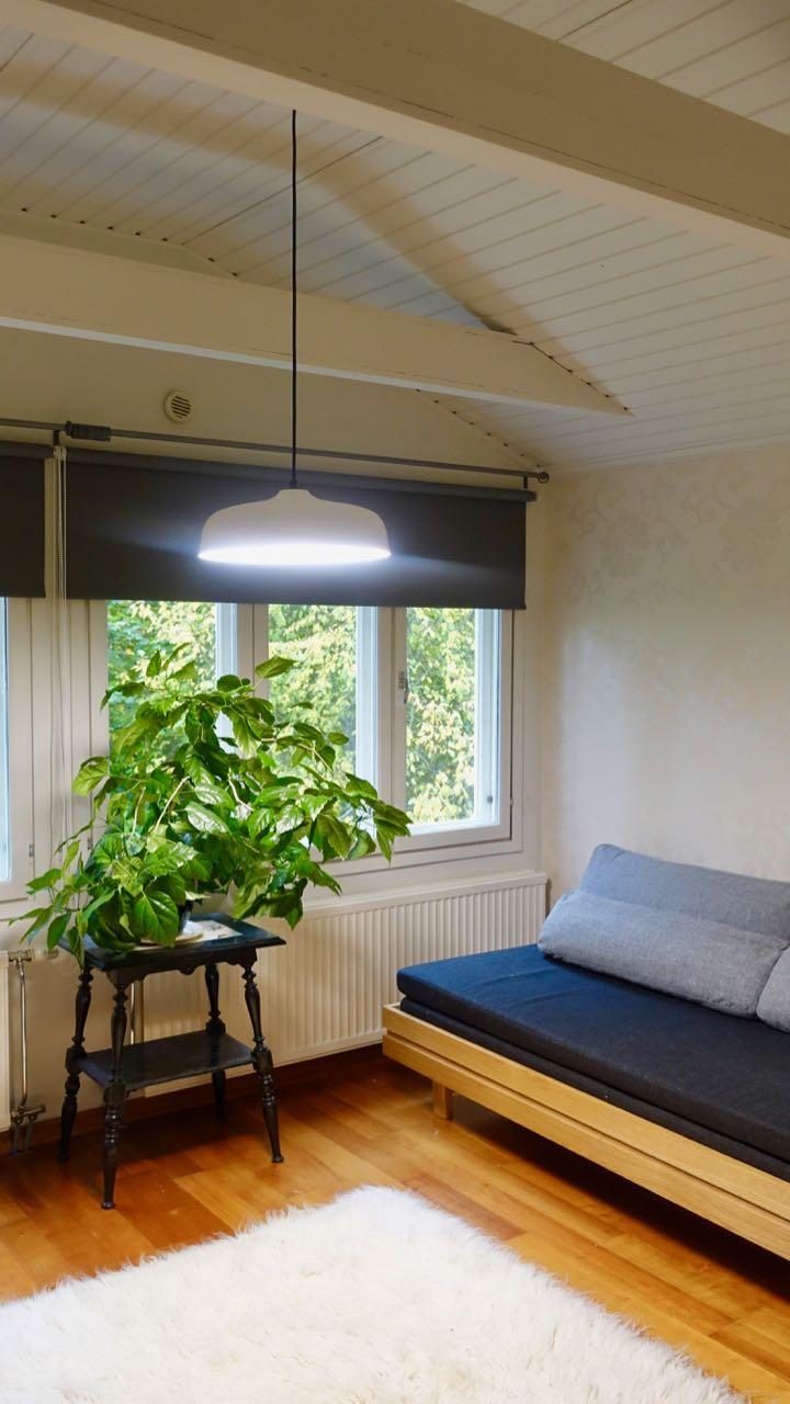 Kirkasvalo valaisee tehokkaasti koko huoneen.