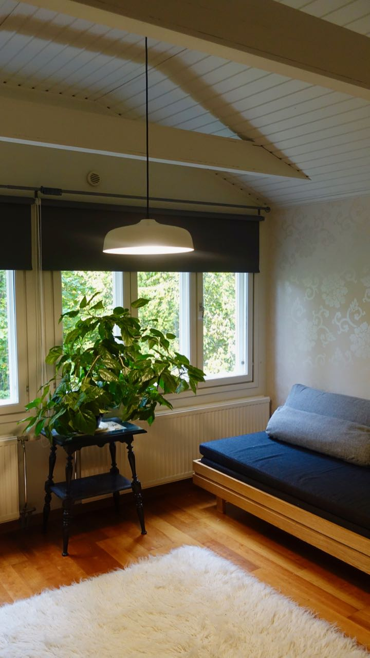 Candeo Air muuttuu tavalliseksi keinukytkimestä. Miellyttävä tunnelmallinen valo valaisee huoneen.