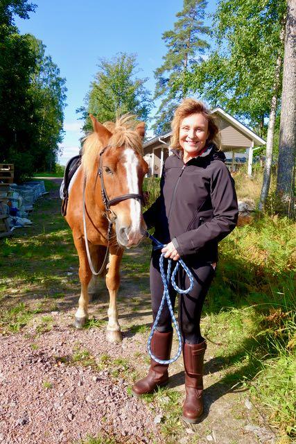 Hanna taluttaa hevosta