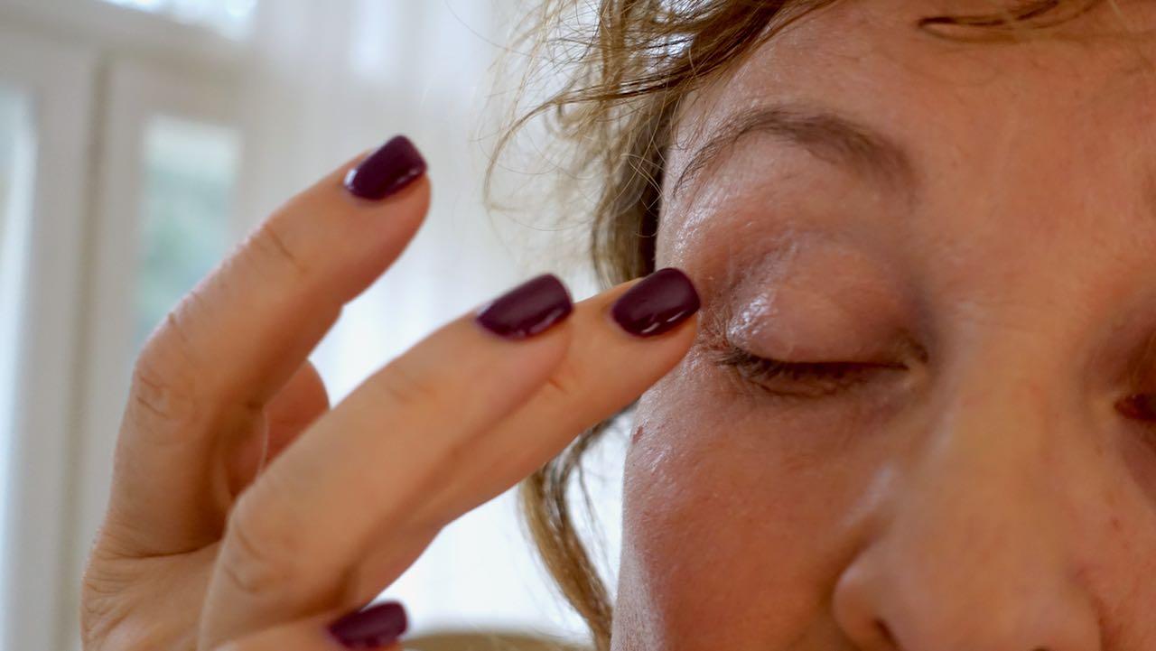 Eyeline Base levittyy helposti sormella luomelle.