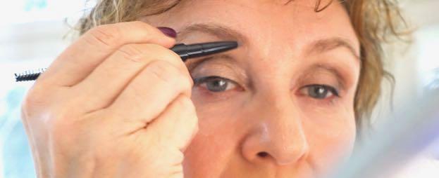 Kulmien muotoilu harjalla ja värjääminen kynällä avartavat katsetta ja tekevät ilmeestä skarpimman.