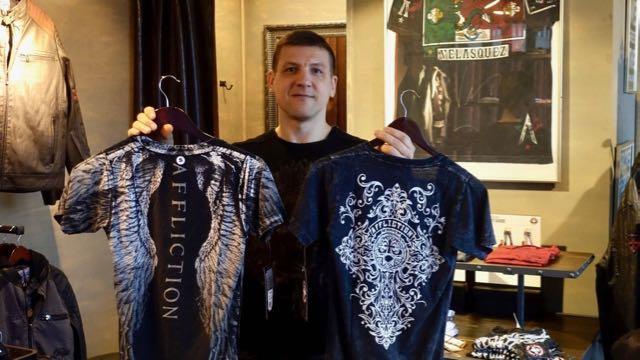 Sama paita - kaksi puolta. Kääntöpaidat on aika huippuja! Kuvassa miesten paita.