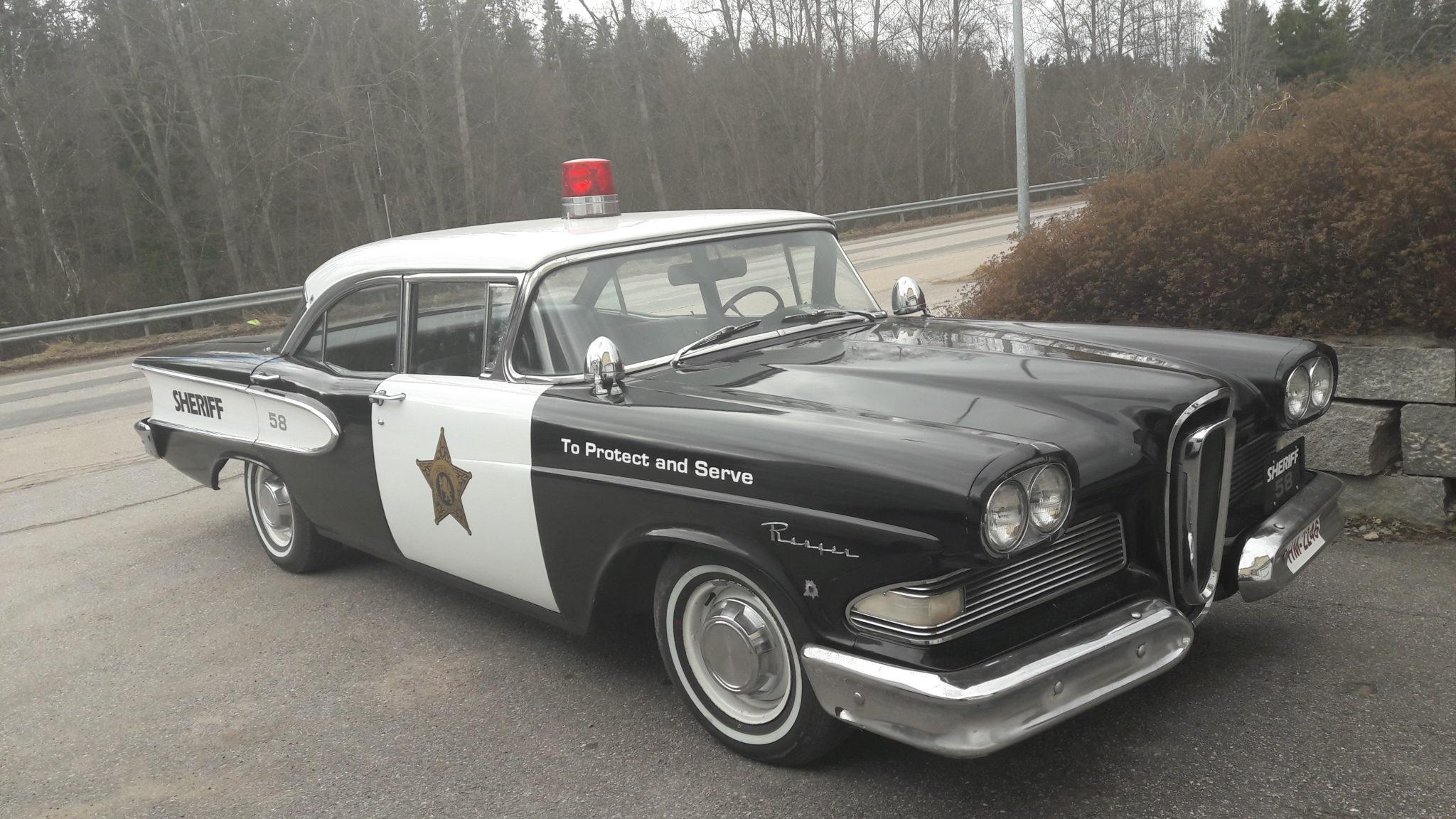 Poliisi auto suoraan jenkkiläastä