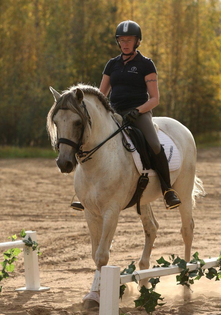MInä asiallisen näköisenä ratsastajana.