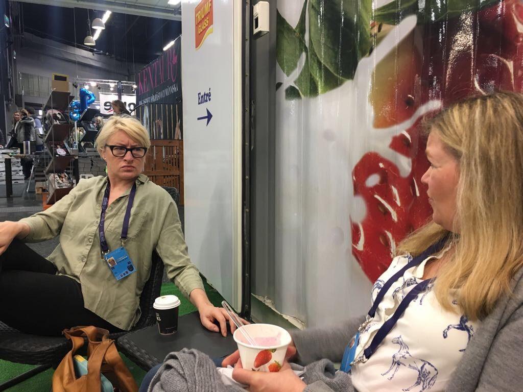 Asiantuntijat (tädit) juovat kahvia (syövät frozen yoghurtia).