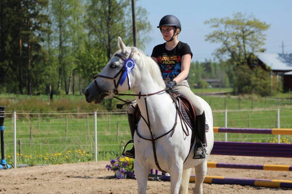 Neiti Määrätieto ja hänen hevosensa Monélt Syödää.