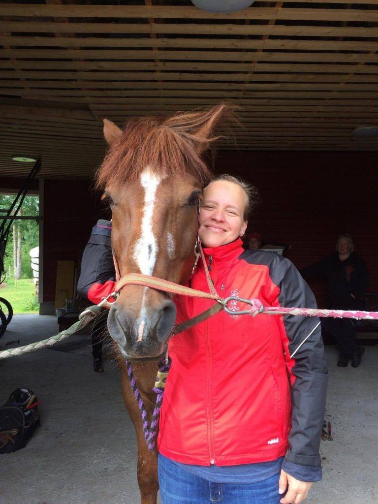Paikka täynnä rakkauen hevosia. Kuvassa Mörvi (nimi muutettu) ja Hevonen (nimi muutettu).