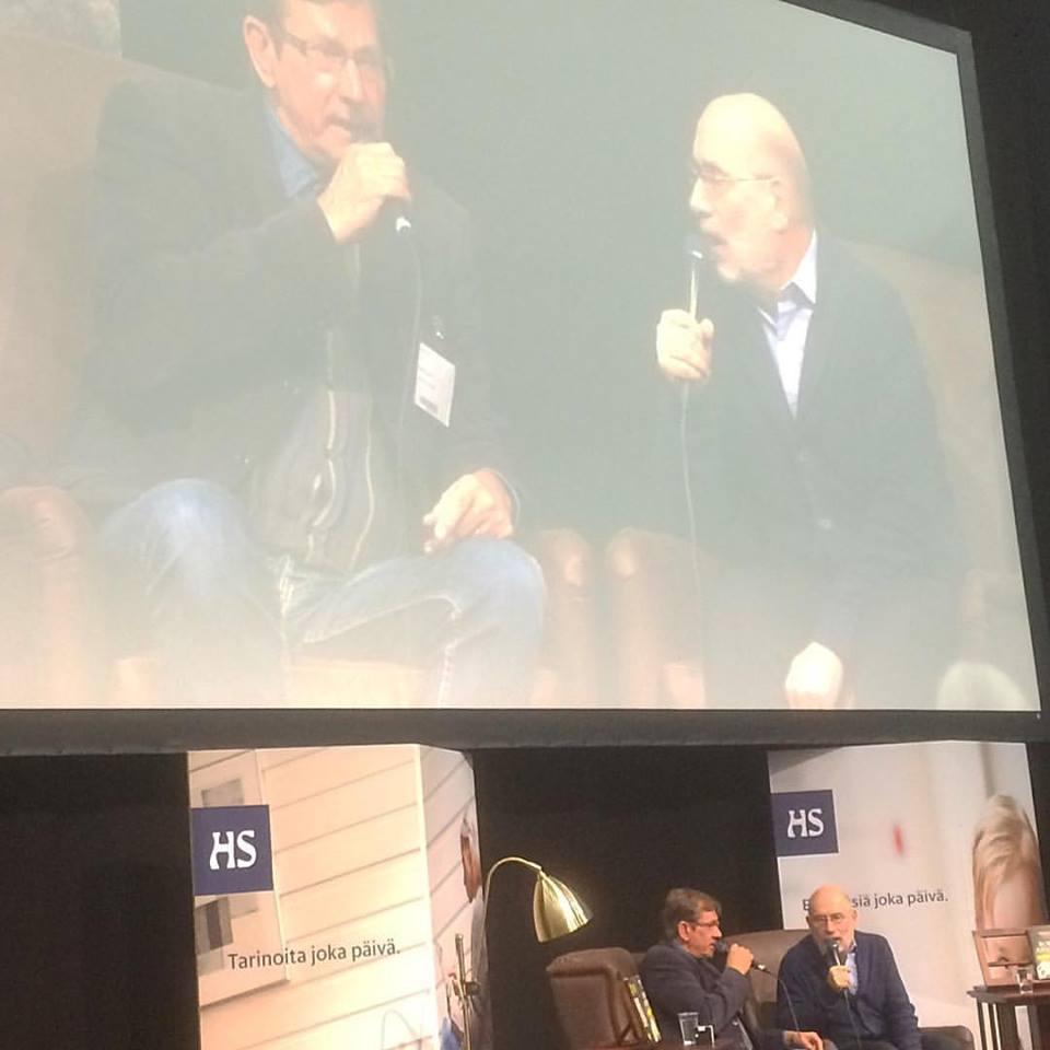 Kirjailija Boris Akunin (oik.) Helsingin Sanomien toimittaja Jukka Petäjän haastattelussa Helsingin Kirjamessuilla 25. päivä lokakuuta 2015.