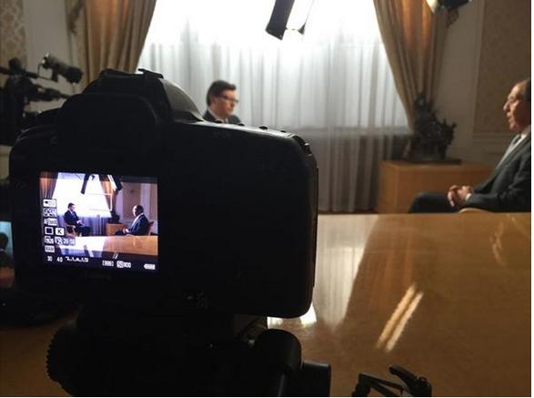 Venäjän ulkoministeri Sergei Lavrov NTV-kanavan haastattelussa. Kuvakaappaus Maria Zaharovan Facebook-sivulta.
