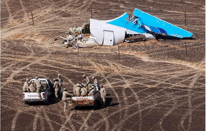Tuhoutuneen A321-matkustajakoneen pyrstöosan jäänteitä Siinain niemimaalla. Kuva: Konte-sivuston Sartmanin blogista.