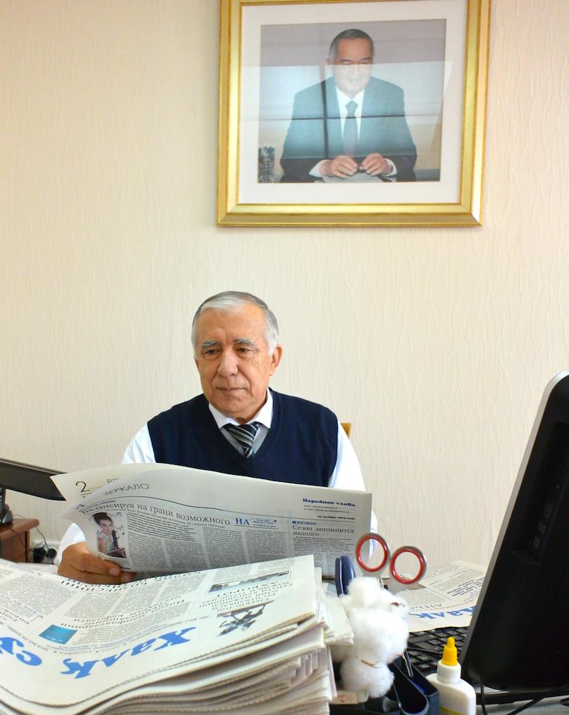Kahden lehden, Halk Suzin ja Narodnoe Slovon päätoimittaja Utkir Rahmatov on tyytyväinen mies.