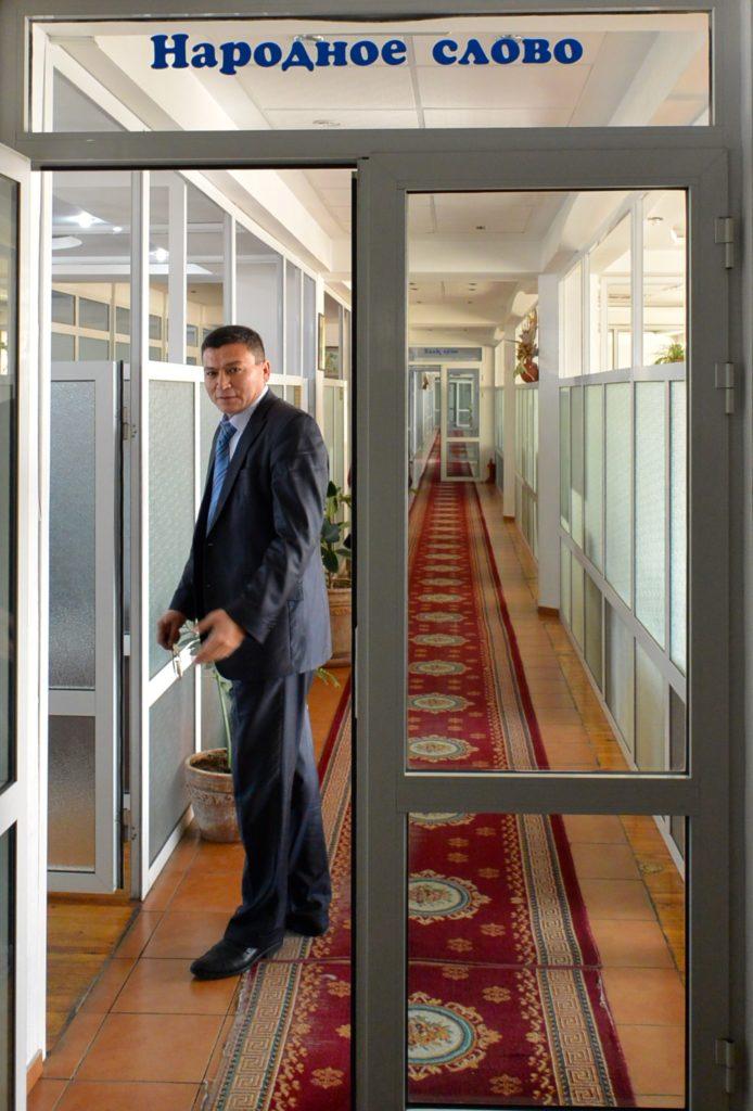 Varapäätoimittaja Salim Donijorov kutsuu peremmälle tutustumaan toimituksen tiloihin.