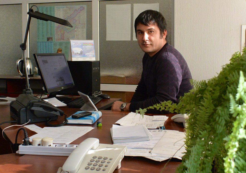 Toimittaja Ruslan Kanzhajev valmistui vuonna 2008 Pietarin yliopiston journalistisesta tiedekunnasta ja aloitti heti työnsä Narodnoe Slovo -lehdessä.