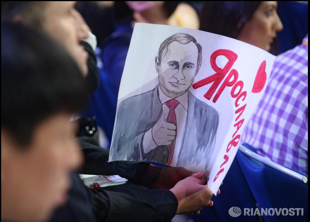 Toimittajat kärkkyivät kysymysvuoroaan erilaisin keinoin Moskovassa 17.päivä joulukuuta 2015 Putinin järjestyksessä 11. megapressitilaisuudessa.