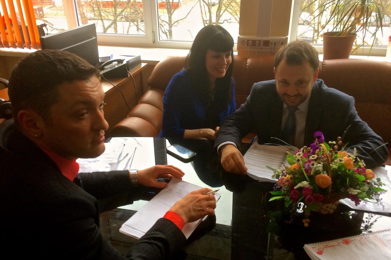 Päätoimitttaja Vitali Lukashov ja juontajat Natalia Samushia ja Anton Garnov palaverissa.
