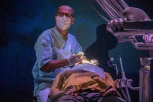 Markku Maalismaan otteet ja puheet hammaslääkäri Esko Kirnuvaarana vakuuttavat katsojan hampaiden hoidon tarpeellisuudesta. (kuva Tuomo Manninen)