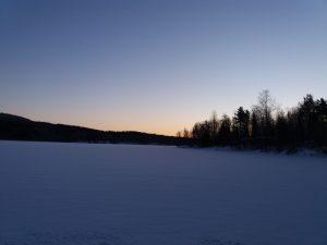 Lyhyen talvipäivän ensisarastus Herajärvellä.