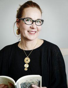 Aila Luode-Laiho kirjoittaa runoissaan ihmiskohtaloista, joihin hän on oman elämänsä aikana törmännyt. (kuva Timo Pyykkö)