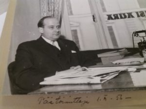 Isäni Sakari Talvitie vuonna 1956 turkulaisen Uusi Aura -lehden päätoimittajana.
