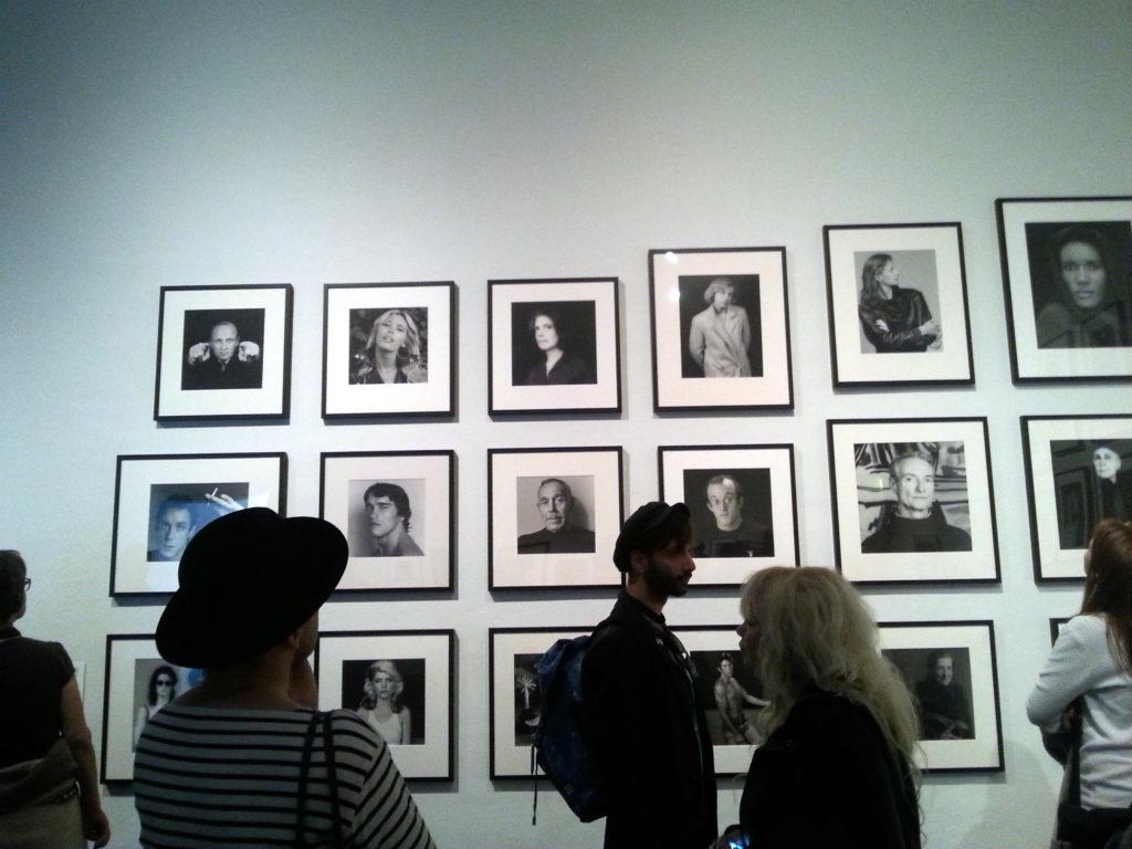 Valokuvia seinalla 1