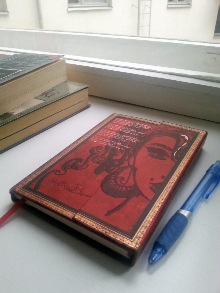 muistikirja ikkunalaudalla