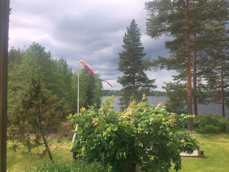 Myrskytuuli ja ukkonen häiritsevät etäkonttorin yhteyksiä.