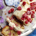 Leivontaa ilman vatkaimia – helppo ja herkullinen vadelma-valkosuklaakakku