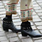 Millaiset jalkineet vajaamittaisten housujen kanssa?