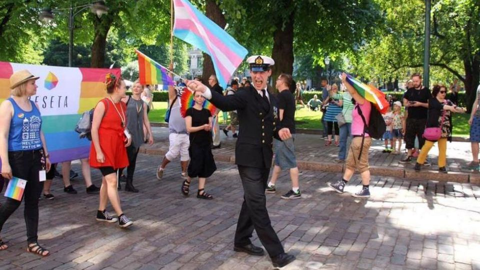 Ylikersantti Juho Pylvänäinen marssi virkaunivormussaan Helsinki-Pridessa 2. heinäkuuta. Kuva: Kira Hagström (@KiraHagstrm.