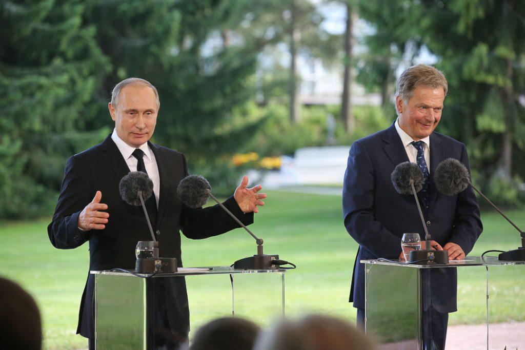 Presidentit Vladimir Putin ja Sauli Niinistö lehdistötilaisuudessa 1.7.2016. Videon lehdistötilaisuudesta löydät täältä.