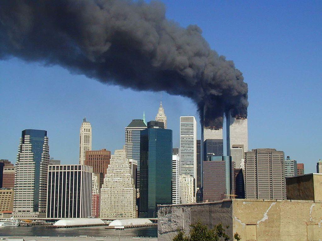 New Yorkin World Trade Center kaksoistornit terrori-iskun jälkeen syyskuun 11.päivä vuonna 2001.