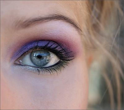 Torstain meikissä vihreää ja violettia