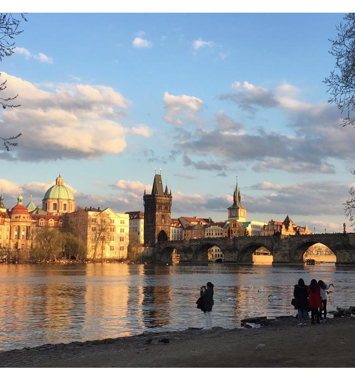 Prahan paloja: kosmetiikkaa, katukuvia ja vessoja