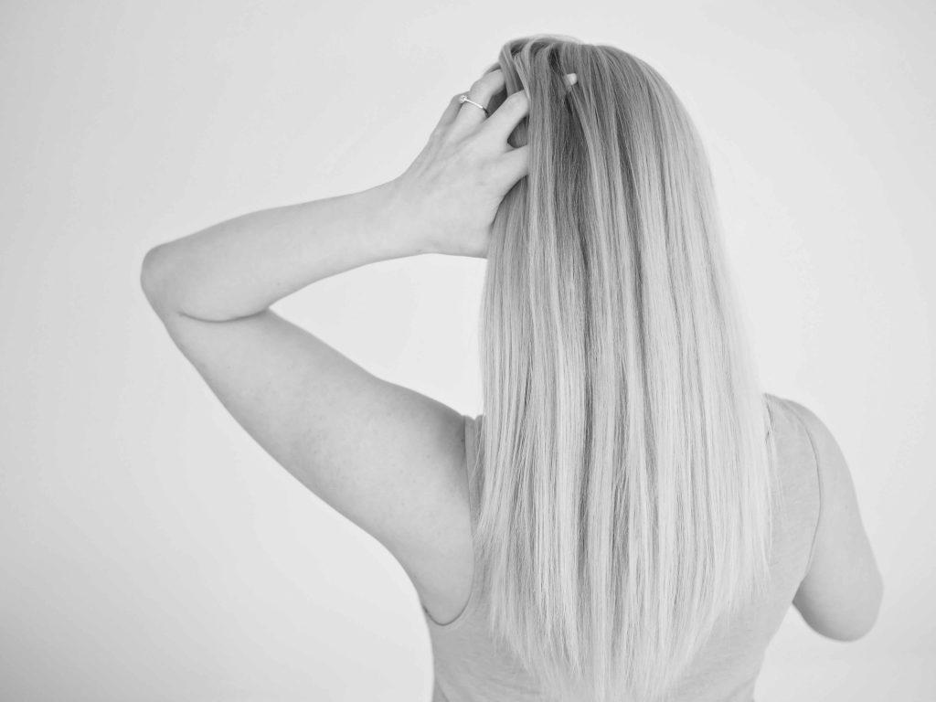 Hiustenpesu pää alaspäin