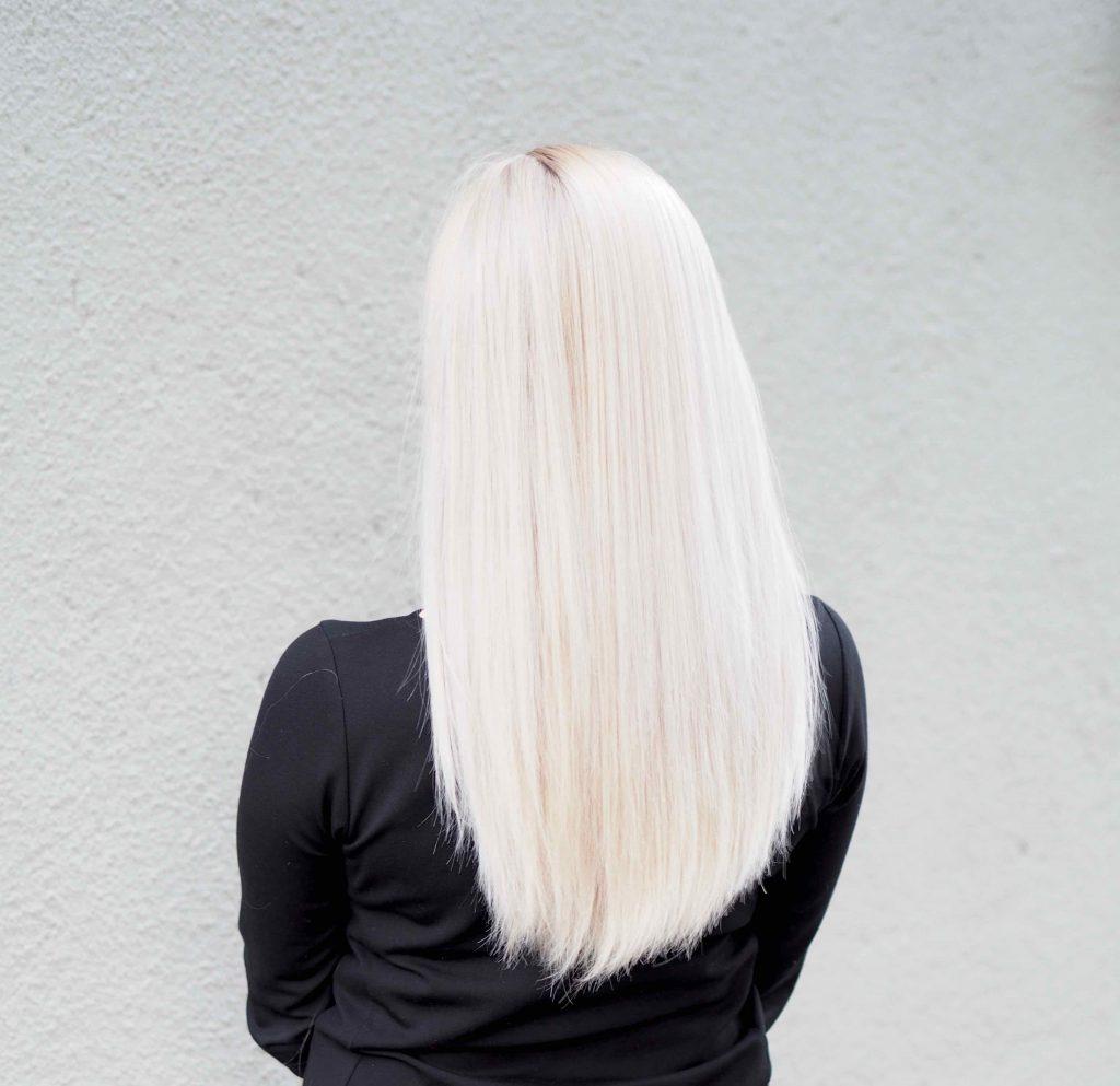 Ostolakossa pitkät hiukset