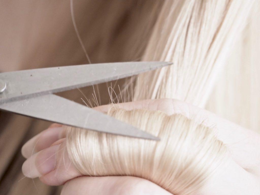 Näin leikkaat omia pitkiä hiuksia